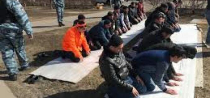 В Москве кыргызстанцы задержаны за совершение намаза возле торгового комплекса