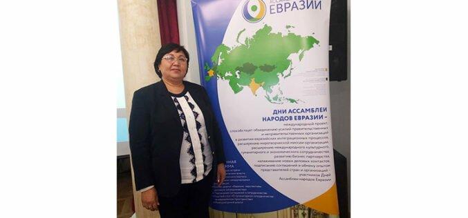 Айнаш Козубаева Москвада дүкөндө иштеп, ыр жазып, мигранттардын театрын түптөөдө