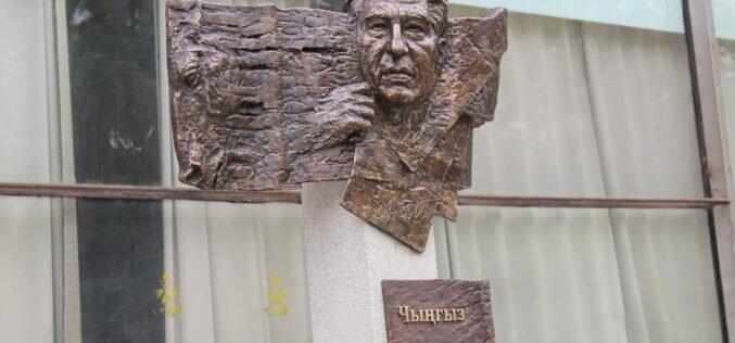 Свердловская область подарила Бишкеку стелу с изображением Чингиза Айтматова