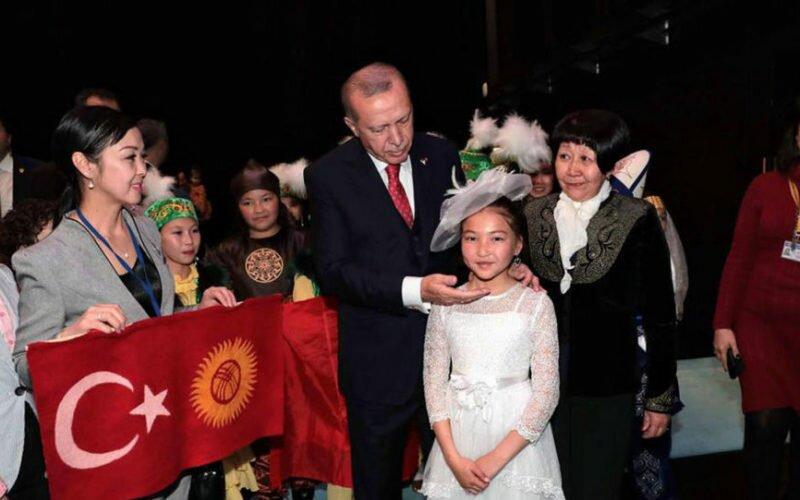 Эрдоган кыргызстандык кыз менен чогуу ырдады. Видео