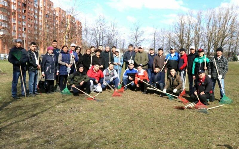 В Петербурге соотечественники и посол А.Джешенкулов очистили сквер им.Ч.Айтматова
