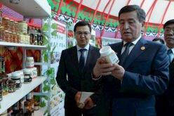 Президент Пекиндин борборунда Эл аралык көргөзмөдөгү Кыргызстандын жарманке павильонуна барды