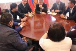 Кыргызстандын Россиядагы элчиси мигранттардын өкүлдөру менен жолукту