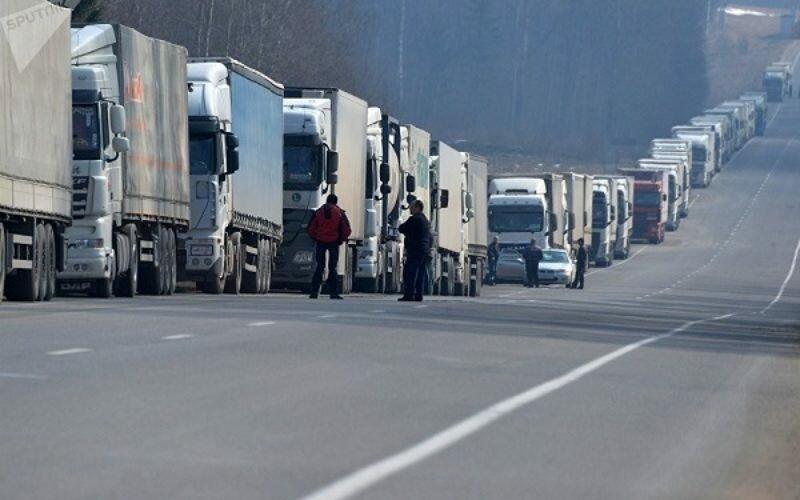 Кыргызстанские водители жалуются на произвол казахстанских пограничников