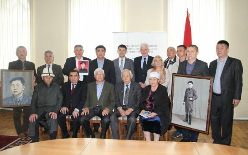 Историческому музею вручили портреты двух кыргызстанцев, которые воевали во Франции