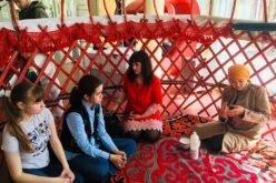Жителям Петербурга показали мастер-класс по установке кыргызской юрты