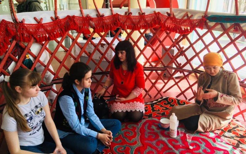 Санкт-Петербургда кыргыз жаштары шаар тургундарын кыргыздын каада-салты менен тааныштырышты