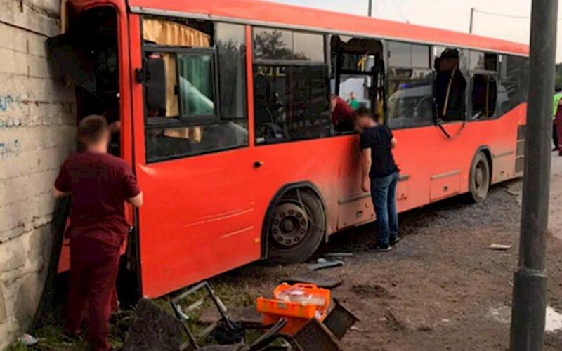 В России кыргызстанец спас людей в автобусе, попавших в аварию, его наградили